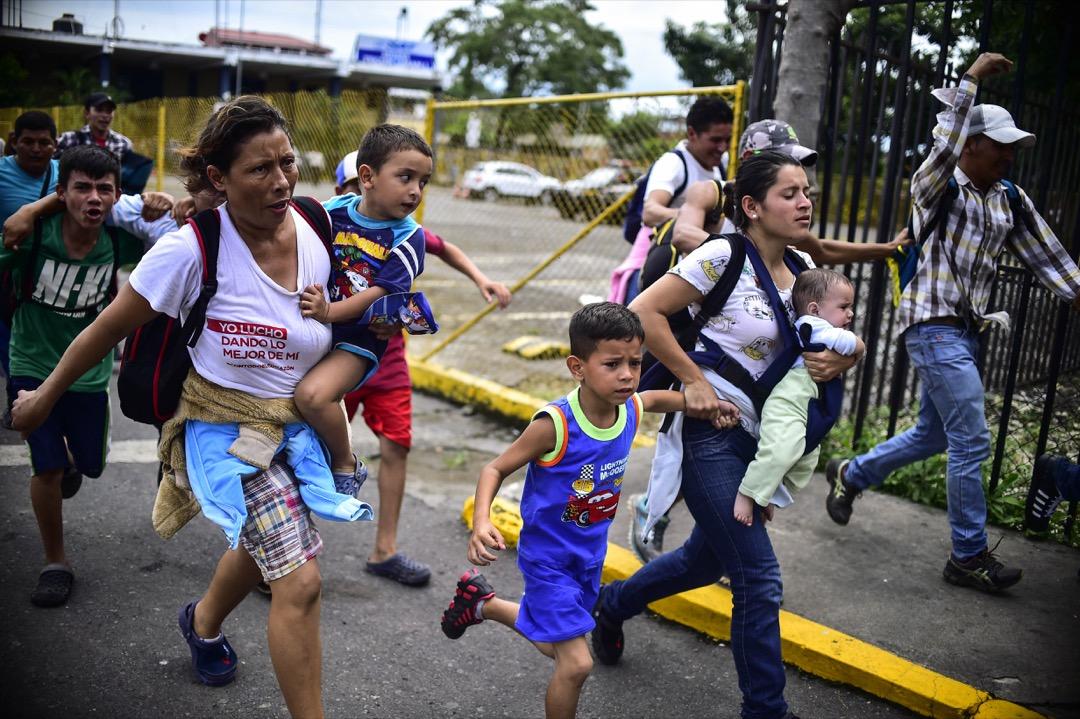 2018年10月19日,移民大隊剛從危地馬拉邊境突圍,向著接壤墨西哥的國際邊境橋奔跑。