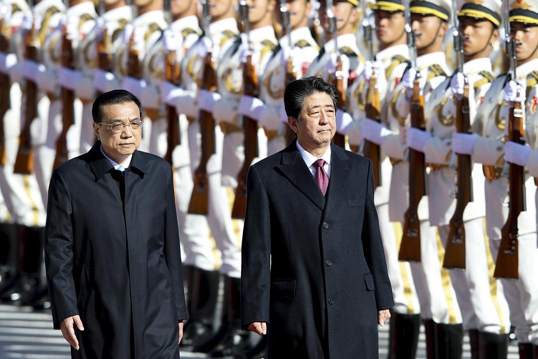 2018年10月26日早上,中國國務院總理李克強為到訪的日本首相安倍晉三舉行歡迎儀式,兩人一同檢閱儀仗隊。 攝:Lintao Zhang / Getty Images