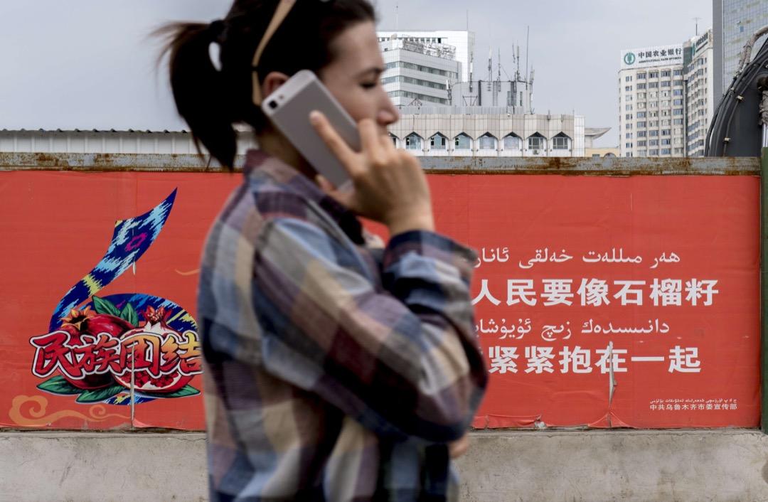 2017年6月29日,新疆維吾爾自治區,一位維吾爾族婦人使用智能電話。