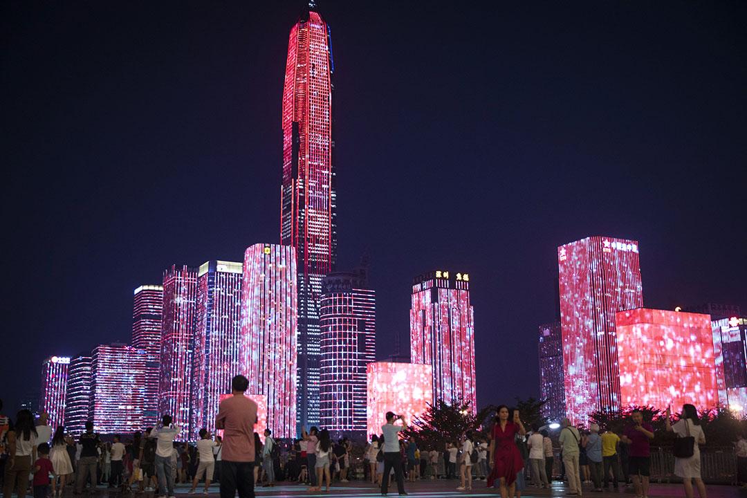 改革開放後,中國的一系列主動選擇改變了之前的路徑,才釋放了中國經濟的潛力,產生了連續四十年的經濟高速成長,舉世罕見。圖為深圳,為慶祝改革開放40周年的燈光表演。 圖:Imagine China