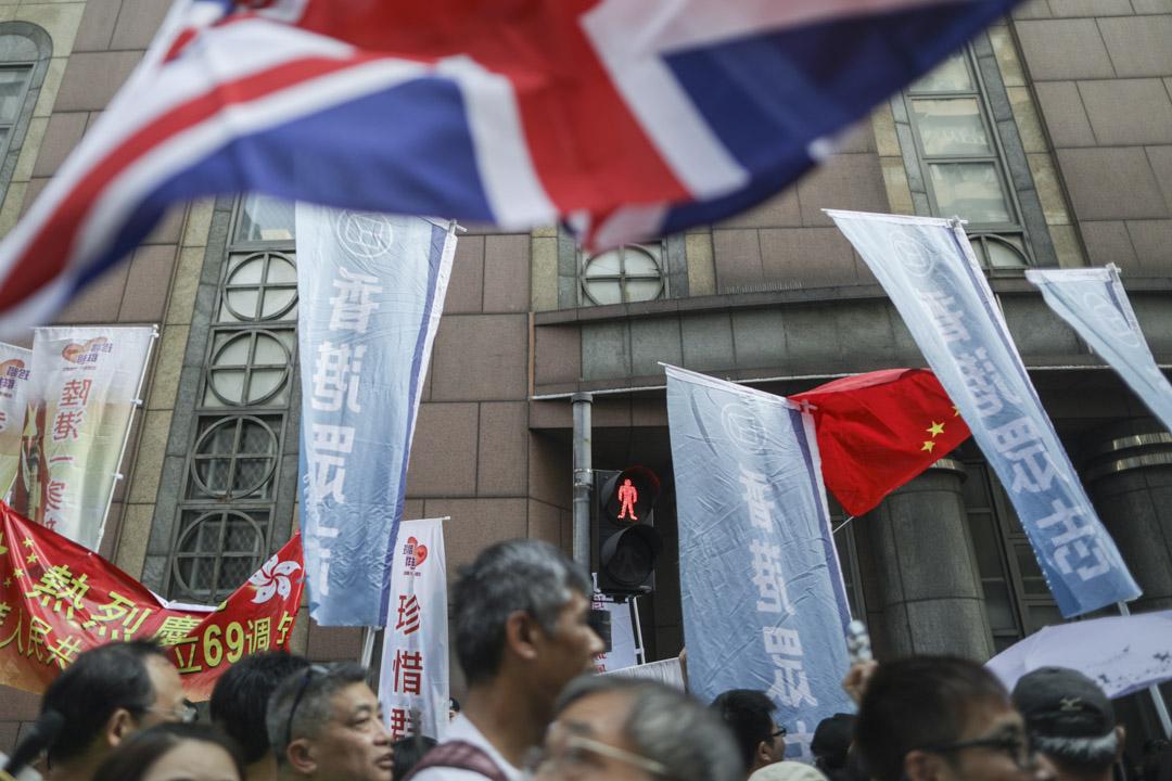 民陣十一遊行隊伍經過愛國團體,期間互相指罵。