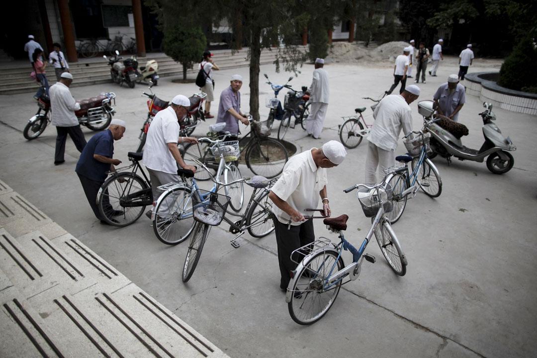 2010年7月18日,「回族」穆斯林於禮拜後銀川的西關清真寺。
