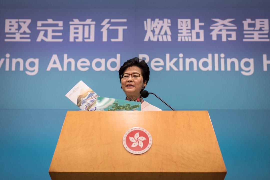 香港特首林鄭月娥今天發表任內第二份施政報告,其中提出「明日大嶼」願景計劃;圖為她下午出席記者會時,手持「明日大嶼」計劃書。 攝:Stanley Leung / 端傳媒