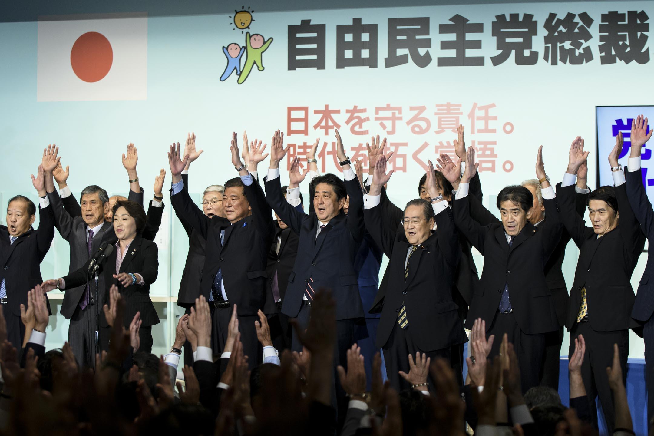 2018年9月20日,日本首相安倍晉三(63歲)在自民黨總裁選舉中擊敗自民黨眾議院議員石破茂(61歲),連續第三次當選自民黨總裁,任期從9月30日延續三年至2021年9月30日。 攝:Akio Kon/Bloomberg via Getty Images