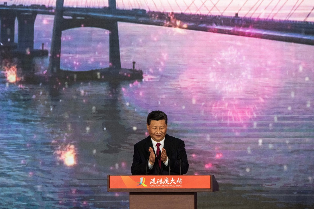 國家主席習近平這次視察令許多人充滿了期待,在習到達廣州的數天之前,對其行程和政治意味,坊間就已經有種種猜測。圖為10月23日,習近平現身港珠澳大橋的珠海口岸主持大橋開通儀式。 攝:Fred Dufour/AFP/Getty Images