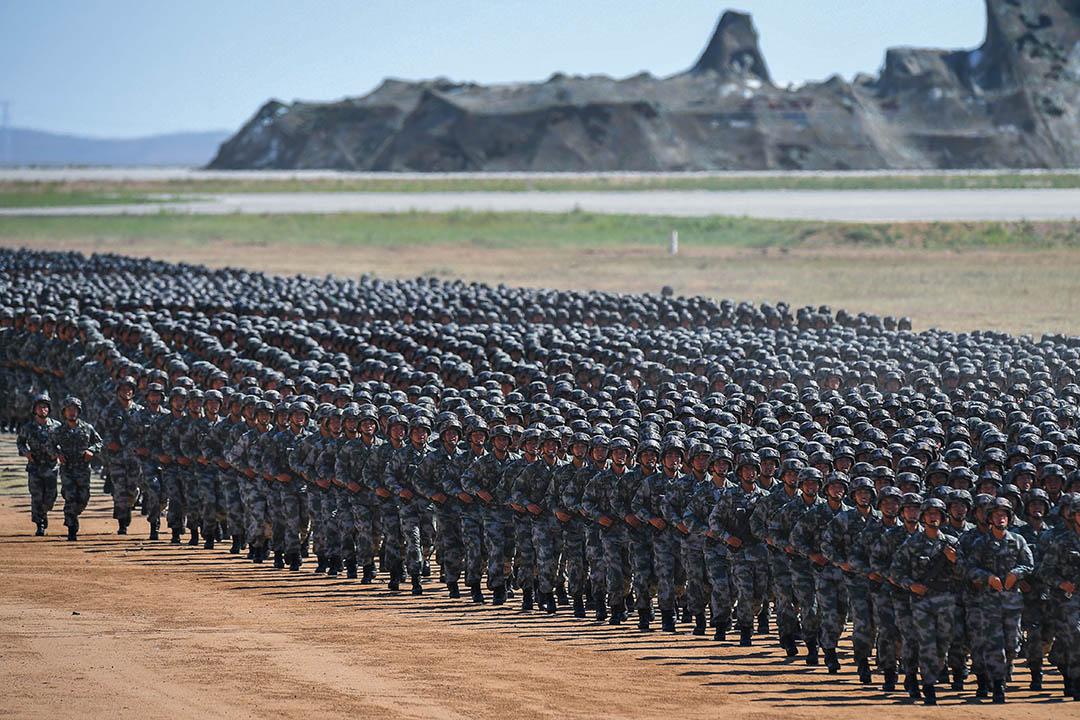 這是一個空前完整的「指責中國大合集」,在彭斯一絲不苟的口吻中花了四十分鐘說出來,前文列舉的台灣、南海、疆獨、藏獨等施壓工具一個沒有少,宛如指控中國是一個「邪惡帝國」,效果分外震撼。 圖為中國人民解放軍。
