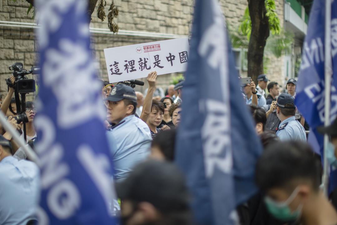 學生獨立聯盟在修頓球場集合,部分人手持「香港獨立」旗幟,二十多名手持「愛護香港力量」、「這裡就是中國」標語的人士包圍他們,並向他們叫囂。