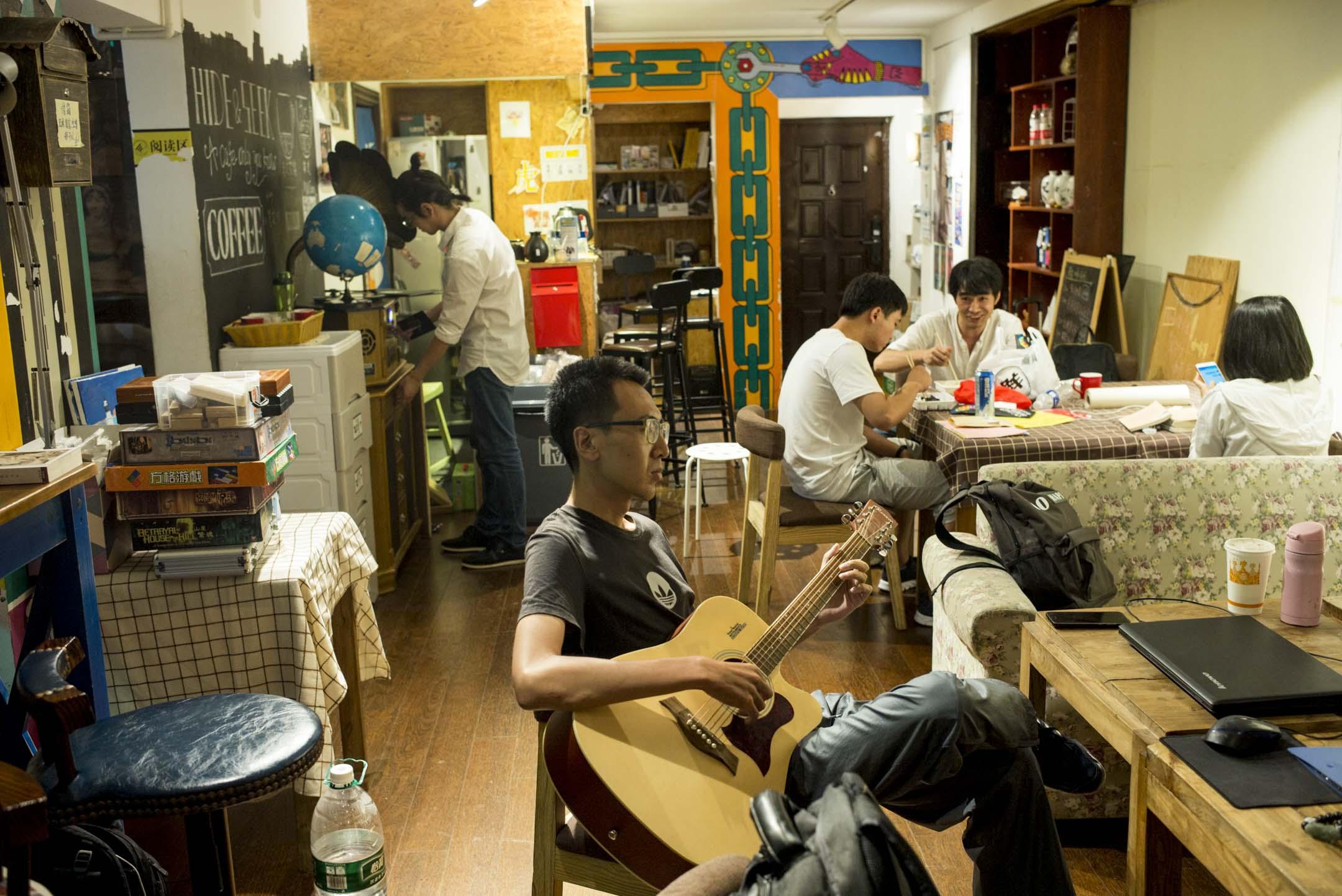 「706」青年空間是中國大陸最知名的公共空間之一。六年前,它由12個大學生自籌3萬元人民幣在北京城西北的五道口創立。這個不足100平米的場所很快聚攏了一批青年學生和知識分子。大家在這裏暢談哲學丶民主丶中國社會轉型,彼此交換故事與夢想。 攝:林振東/端傳媒
