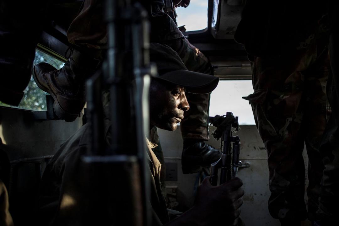 聯合國維和部隊中一名南非士兵正在Oicha市進行巡邏,防範民主同盟軍突襲。