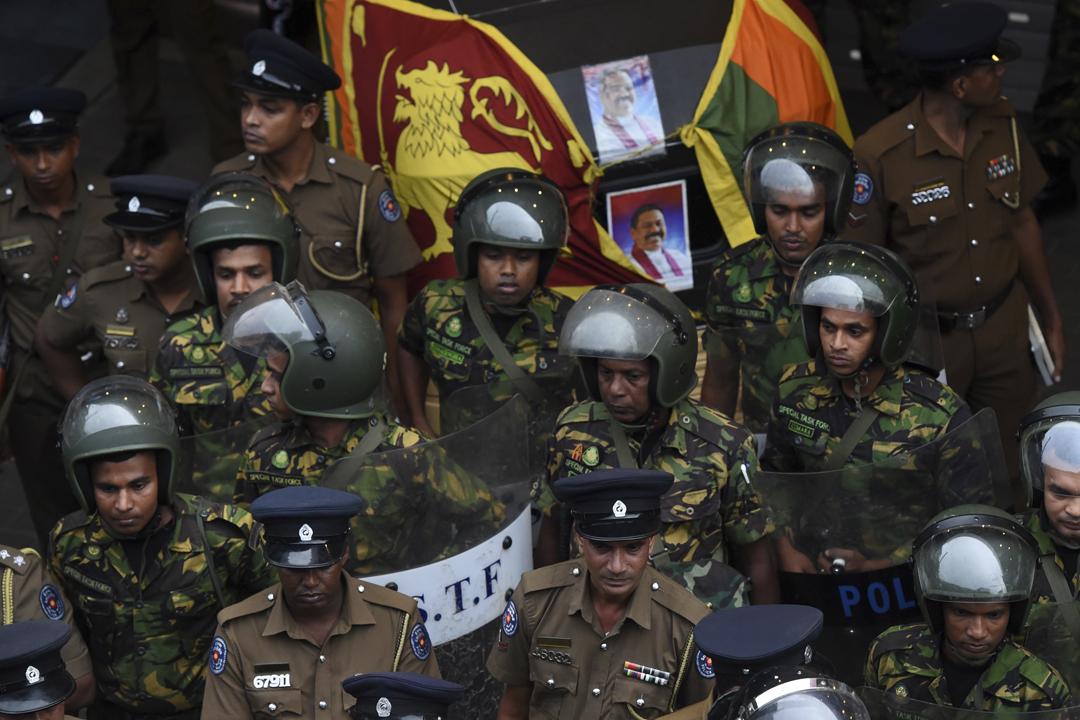 2018年10月28日,斯里蘭卡石油部長拉納通加(Arjuna Ranatunga)的一名保鑣涉嫌於國營石油公司外槍擊示威者、造成一死兩傷;事後,大批軍警於石油公司外維持秩序。 攝:Ishara S. Kodikara / AFP / Getty Images