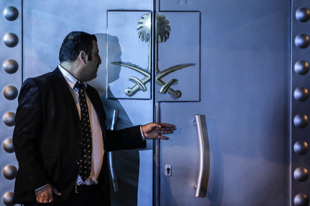 《華盛頓郵報》沙特裔記者卡舒吉於10月2日被閉路電視拍攝到步進沙特駐土耳其大使館後失蹤,土耳其方面相信卡舒吉已經在大使館內遇害,更有報導指卡舒吉被15名從沙特到步的人員活生生肢解。圖為沙特駐土耳其大使館外的保安人員。 攝:Sebnem Coskun/Anadolu Agency/Getty Images