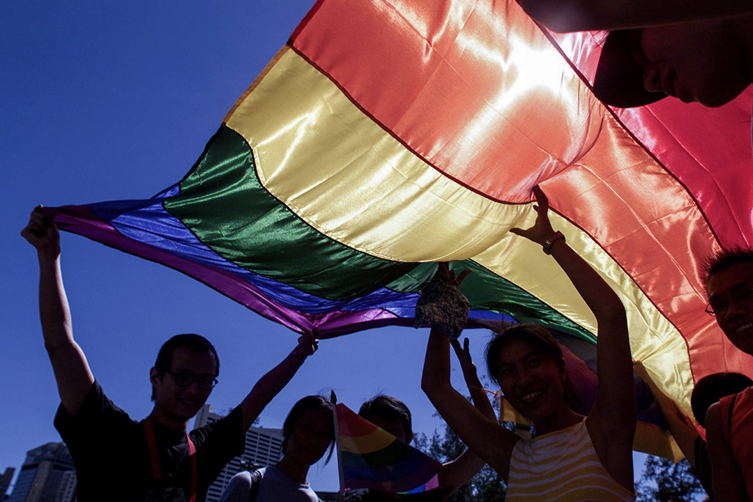 他們認為,第一,在「彩虹」等標誌同志群體驕傲的元素變為經濟主體賺取利潤的賣點、同志群體也越來越依賴於通過消費實現自我認同的過程中,「粉紅經濟」編織出一套正統化的消費話語,製造社群解放的假象。圖為香港同志遊行。