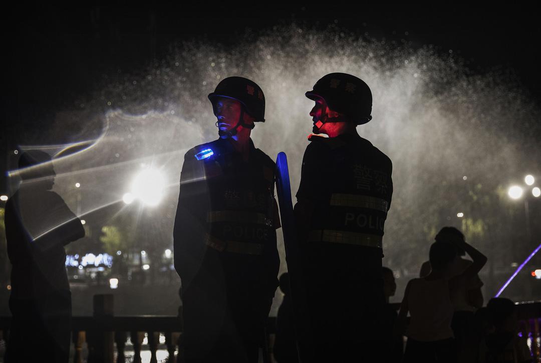 2017年6月30日,新疆西部的喀什老城,警察在一個公眾地方駐守戒備。