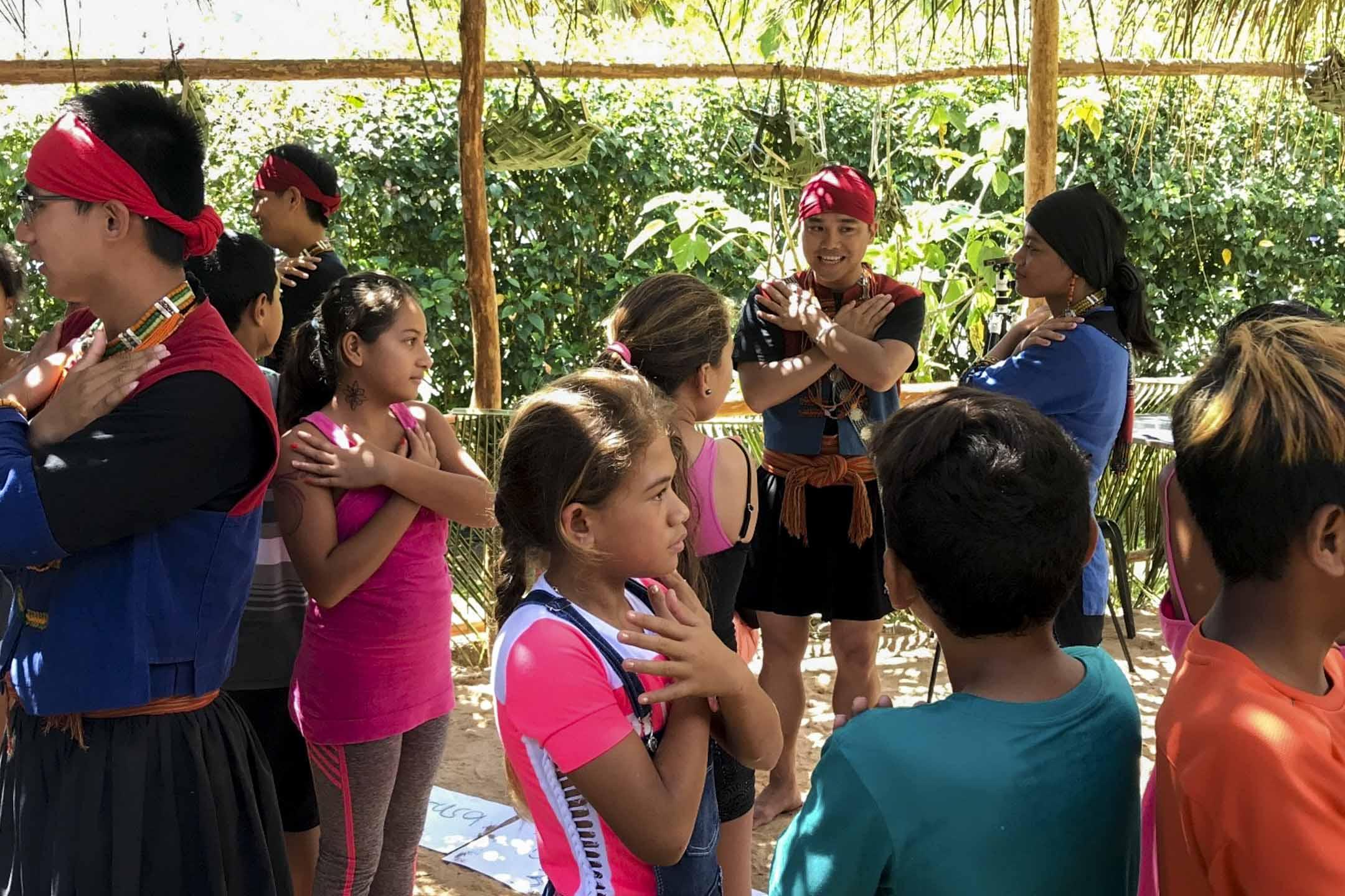 排灣族人於Te Pu Atiti'a 文化中心舉辦童謠工作坊。 圖:原走大溪地團隊提供