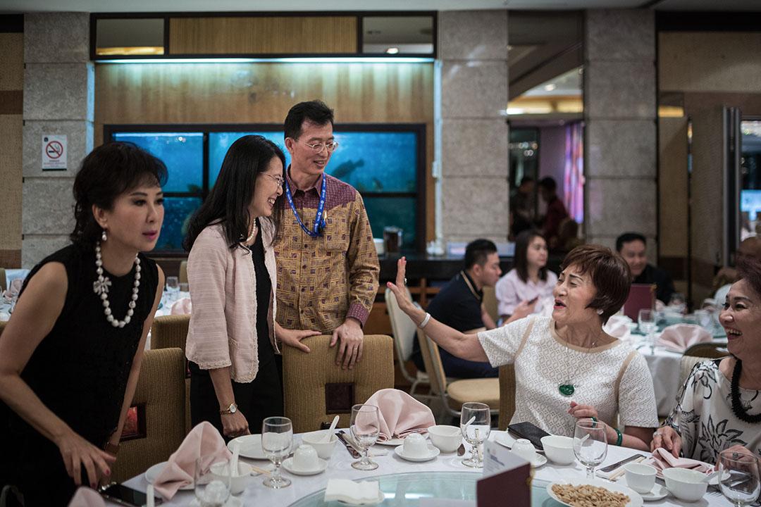 黃峻昇夫婦在印尼出席外交部活動,與當地華僑餐敘。