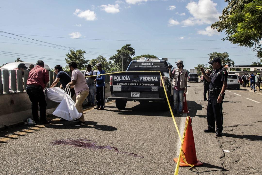 2018年10月22日,在橫跨墨西哥恰帕斯州期間,一名洪都拉斯移民從貨車上墮下死亡,墨西哥警方到場處理善後工作。