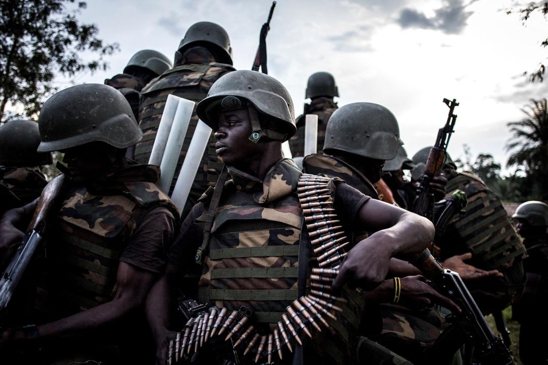 敵軍暫隱居森林,近在咫尺,槍聲不時從附近響起,政府軍不敢掉以輕心,重裝上陣。