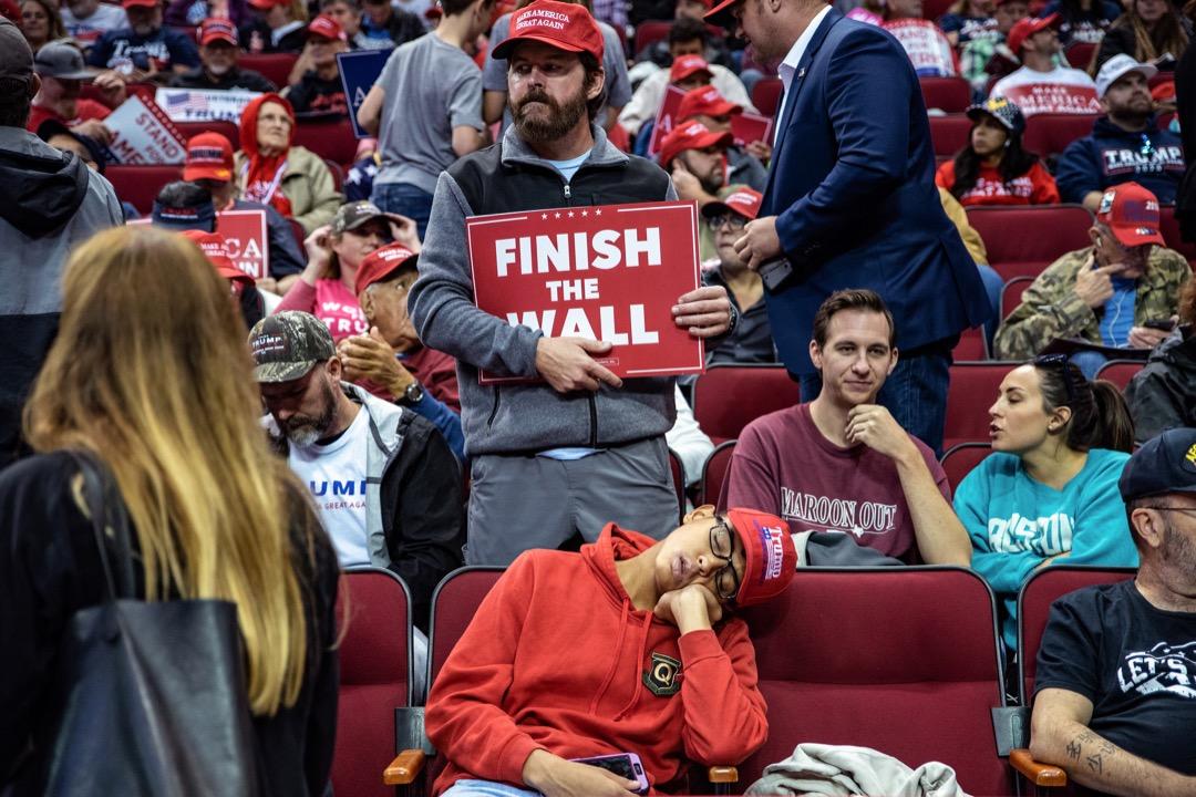 特朗普當上總統已經近兩年,在共和黨統治兩院和總統的情況下,民主黨在華盛頓其實沒有什麼可以主動進攻的手法,也就無從讓選民憤怒。所以就只剩下恐懼。 攝:Sergio Flores/Bloomberg via Getty Images