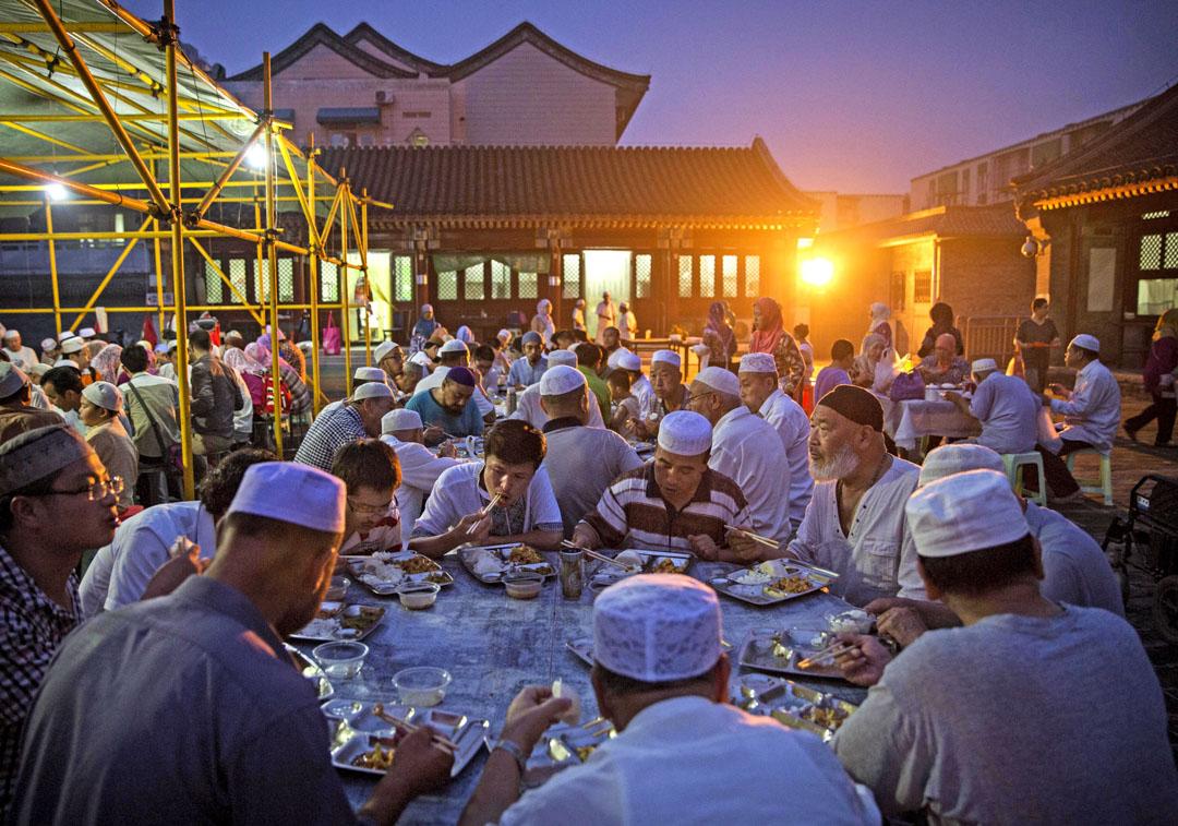 回族一直有聚寺而居的習慣。據考證,北京牛街禮拜寺始建於遼朝統和十四年(996年),宋元以來,禮拜寺吸引了全國各地的大量回族人聚居。圖為2014年7月3日,牛街清真寺齋月期間,「回族」穆斯林正在寺內聚餐。