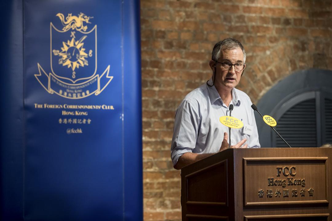 今年8月14日,香港外國記者會(FCC)邀請「香港民族黨」召集人陳浩天(中)出席講座,講座由 FCC 第一副主席 Victor Mallet(右)主持。 攝:Paul Yeung/Bloomberg via Getty Images