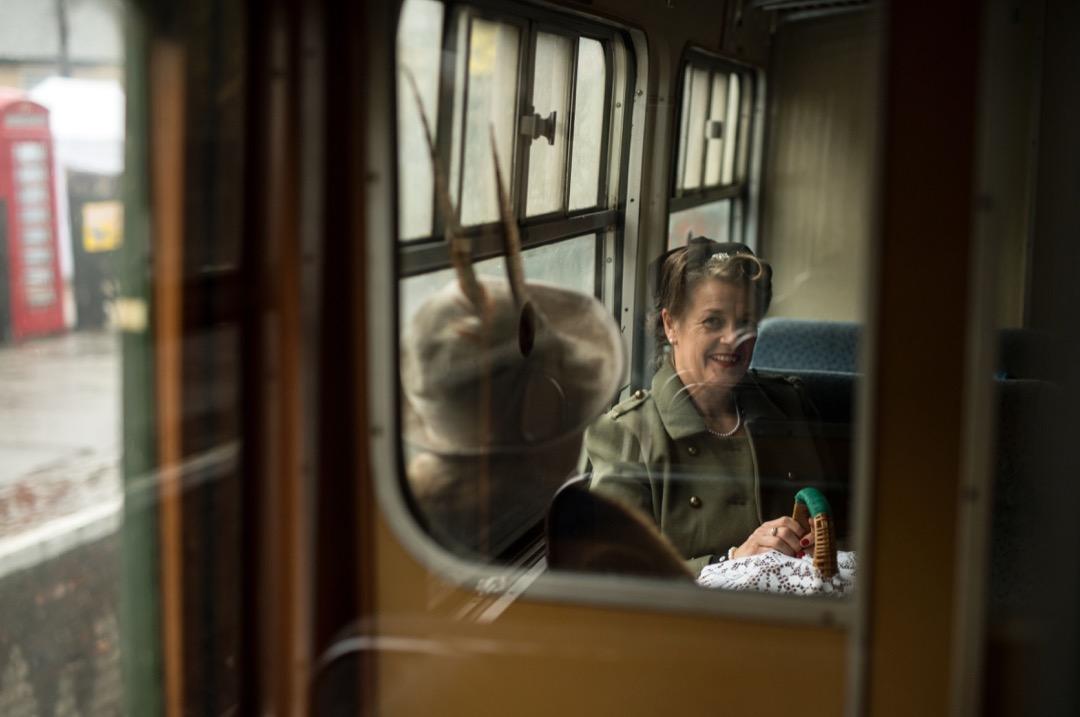 乘客在車廂上等候火車開出。