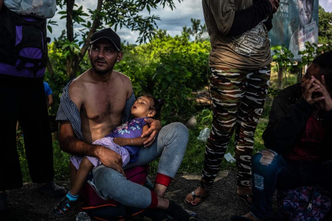 2018年10月22日,移民大隊正橫越墨西哥恰帕斯州,到塔帕丘拉鎮時在路旁坐下休息。