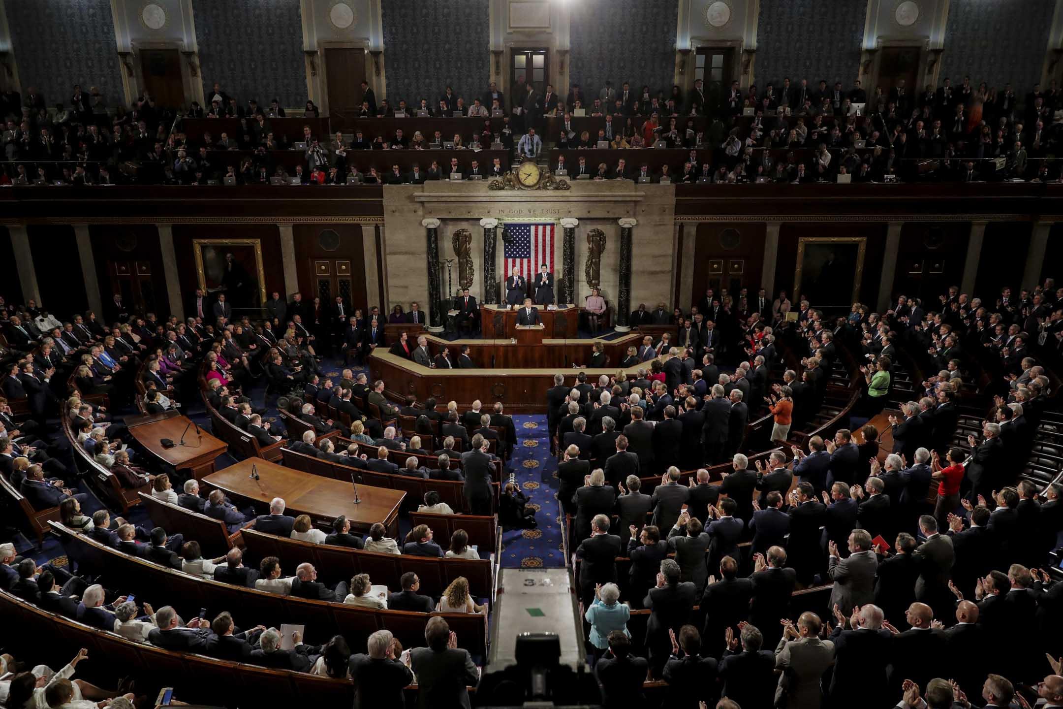 在參議院選舉中,候選人的個人魅力和品牌效應往往要比所在州的黨派屬性更為重要。這也是為何民主黨在面臨極其糟糕的選舉地圖的同時依然能保持着強勁的勢頭。 圖為2017年2月28日,美國總統特朗普在參議院發表演講。 攝:Chip Somodevilla/Getty Images