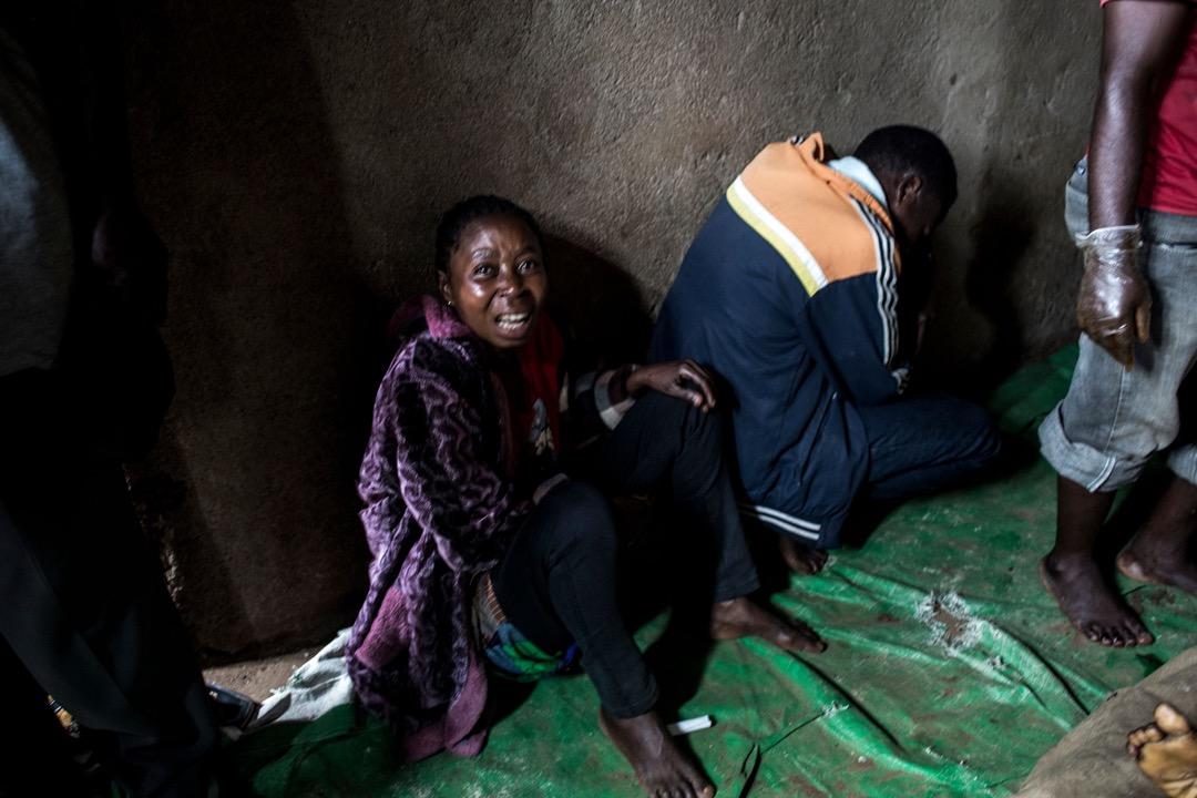 一名母親據稱兩名兒子被民主同盟軍殺害,哀慟不已。