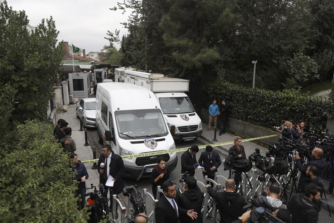 2018年10月17日,土耳其調查人員抵達沙特駐伊斯坦堡領事奧泰比(Mohammed al-Otaibi)的官邸,隨即入內就沙特異見記者卡舒吉(Jamal Khashoggi)失蹤案進行搜證調查。 攝:Chris McGrath / Getty Images