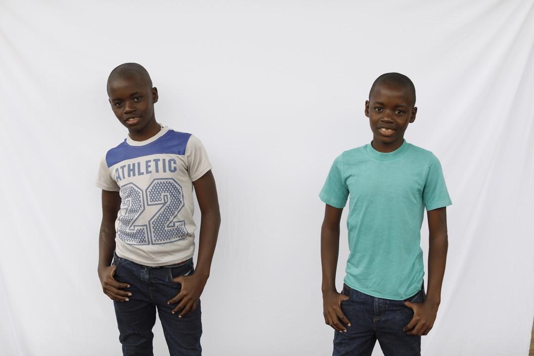13歲雙胞胎Siphiwe和Phiwokuhle擺著相同的姿勢。