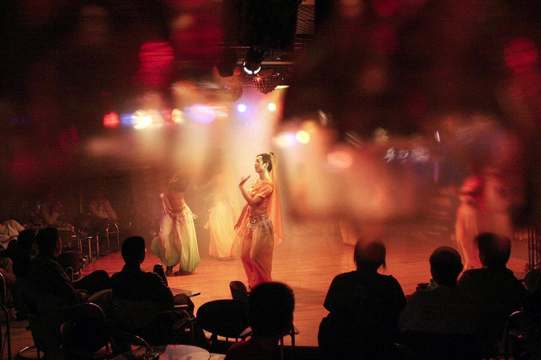 作為粉紅經濟重要的組成部分,「同志酒吧」創造了一種特定的城市空間,聚集起彼此陌生的同志們,並給予他們安全與自在。圖為四川省成都市同志酒吧的變裝皇后表演。