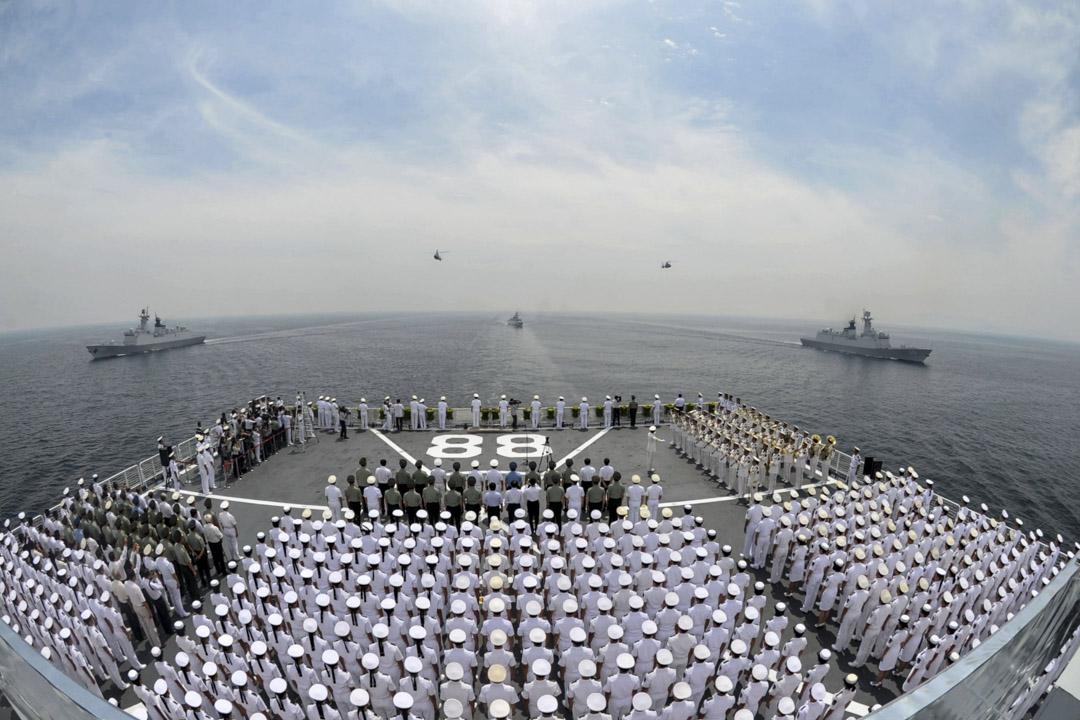 中國官方認為,自己有權在南薰礁周圍劃定領海,也不承認外國軍艦在領海的「無害通過權」,美艦進入該處12海里,就已是「貨真價實」的入侵,中國在事實上不光有權動武,還必須發出抗議,否則便和「一寸也不能少」的主張相背。圖為中國海軍於2014年8月27日在山東威海市舉行抗日戰爭勝利120週年紀念儀式上。