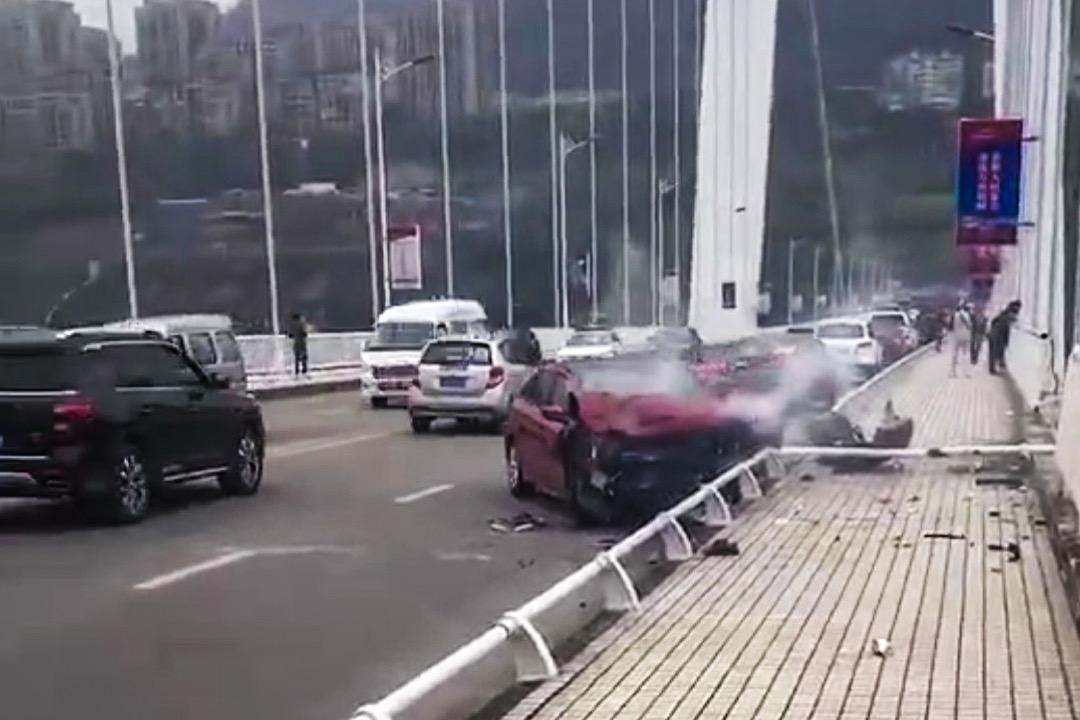 2018年10月28日,中國重慶萬州長江二橋,一輛私家車在橋上逆向行駛,撞翻一輛巴士致掉進長江,造成至少兩人死亡。 網上圖片