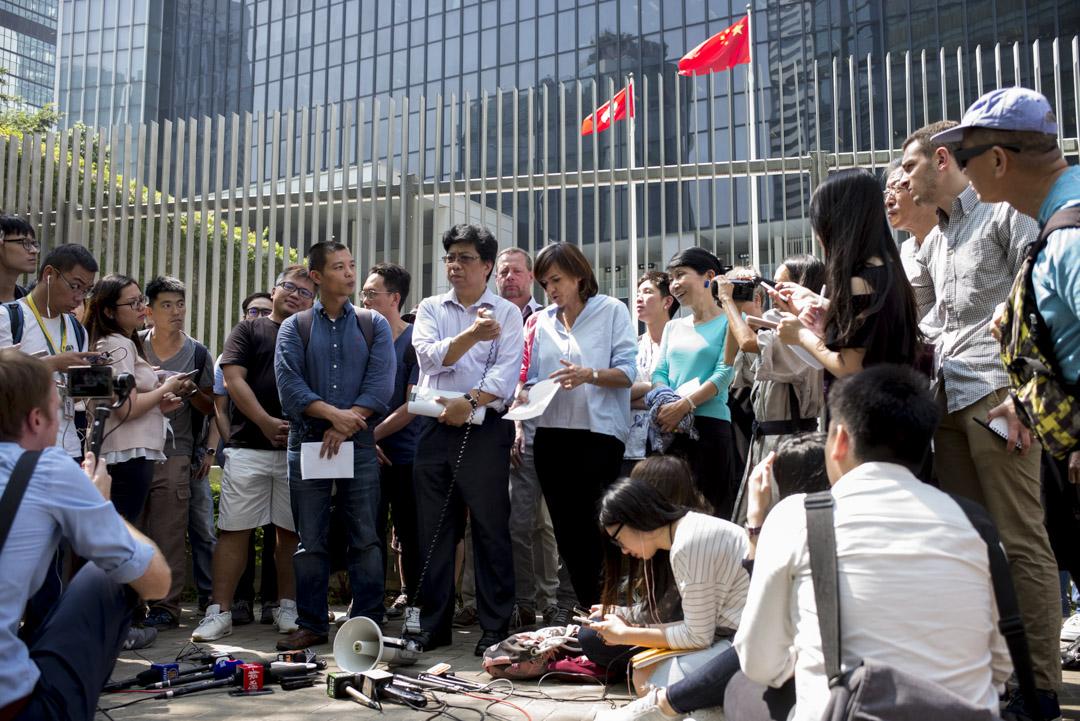 2018年10月8日,外國記者會、香港記者協會、獨立評論人協會、國際記協聯會、大專新聞教育工作者區會及無國界記者到政府總部請願,抗議香港外國記者會副主席馬凱不獲特區政府續發工作簽證,團體並遞交15000個簽名,促請當局撤回決定。 攝:林振東/端傳媒