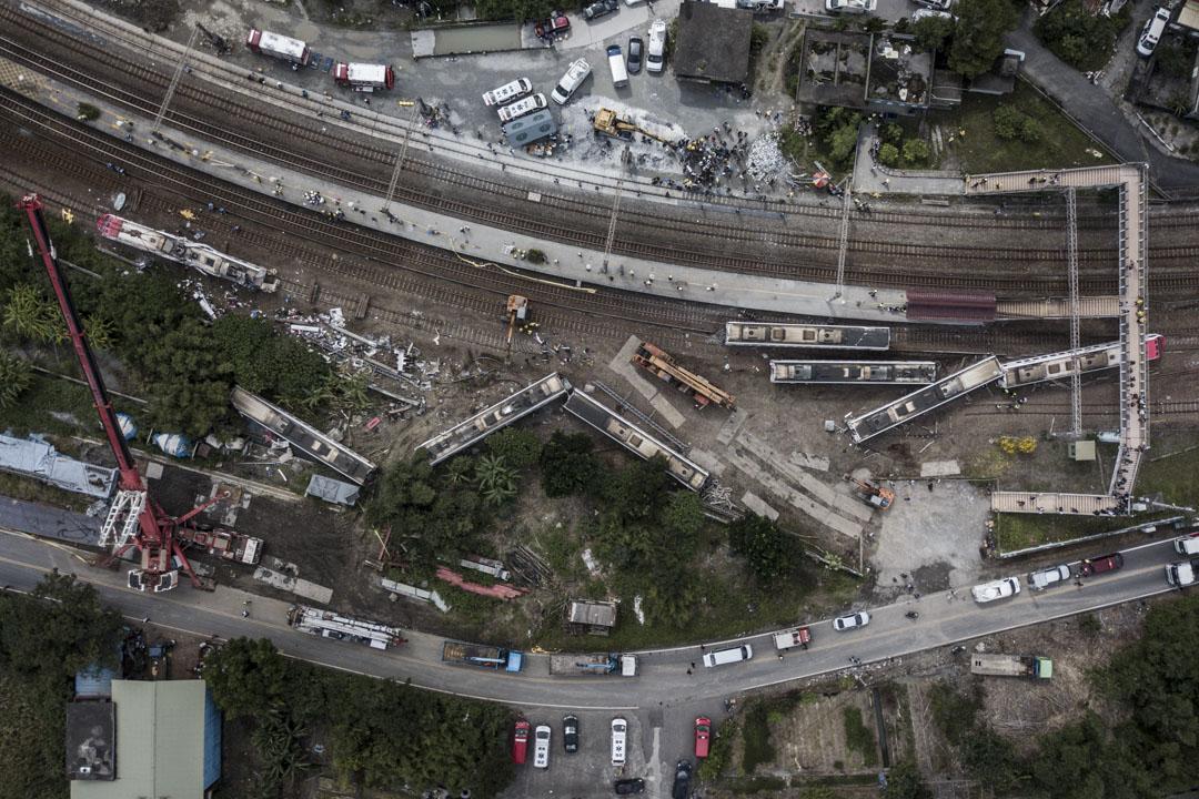 2018年10月21日,台鐵北迴線普悠瑪列車於宜蘭縣蘇澳鎮新馬車站發生意外,8節車廂全部脫離軌道,5節車廂翻覆。 攝:陳焯煇/端傳媒