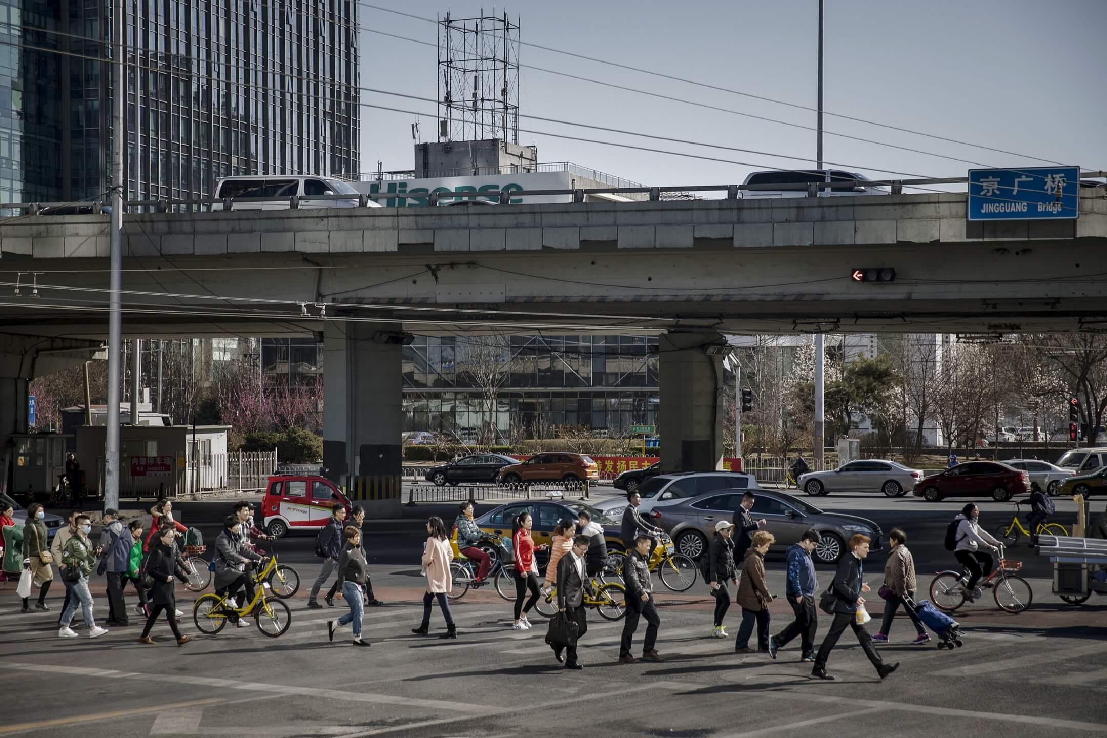 中國的經濟神話於近幾年露出疲態,更在2018年陷入多重危機,它會怎樣影響到未來和人們的生活?端傳媒編輯群協力策劃超過十篇深度報導,邀請你進一步了解這場中國經濟大變局。 攝:Qilai Shen/Bloomberg via Getty Images