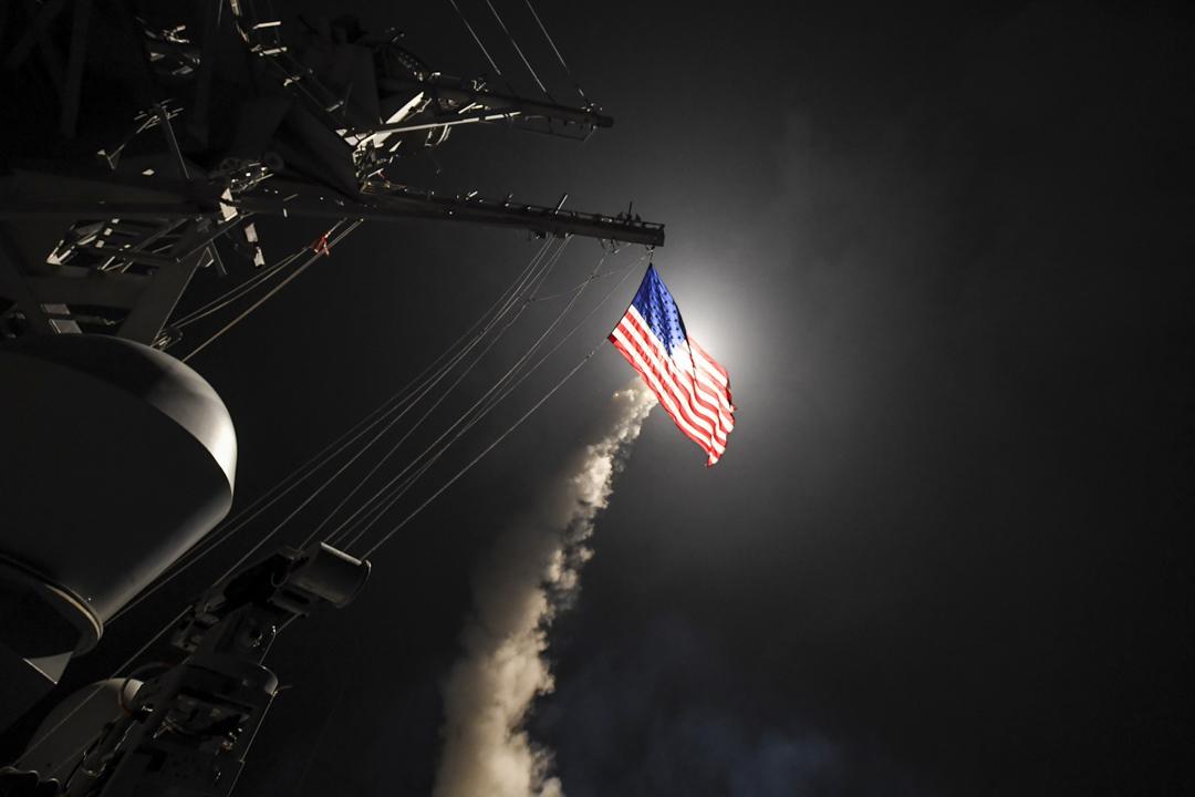 美國主張和維護的基於規則的國際海上秩序,更符合世界發展潮流和各國共同利益,今天中國在南海面臨的,絕不是一場軍事上,而是關於國際規則和秩序上的圍攻。圖為美國海軍驅逐艦USS Porter於2017年4月7日在地中海發射一枚戰斧陸地攻擊導彈。