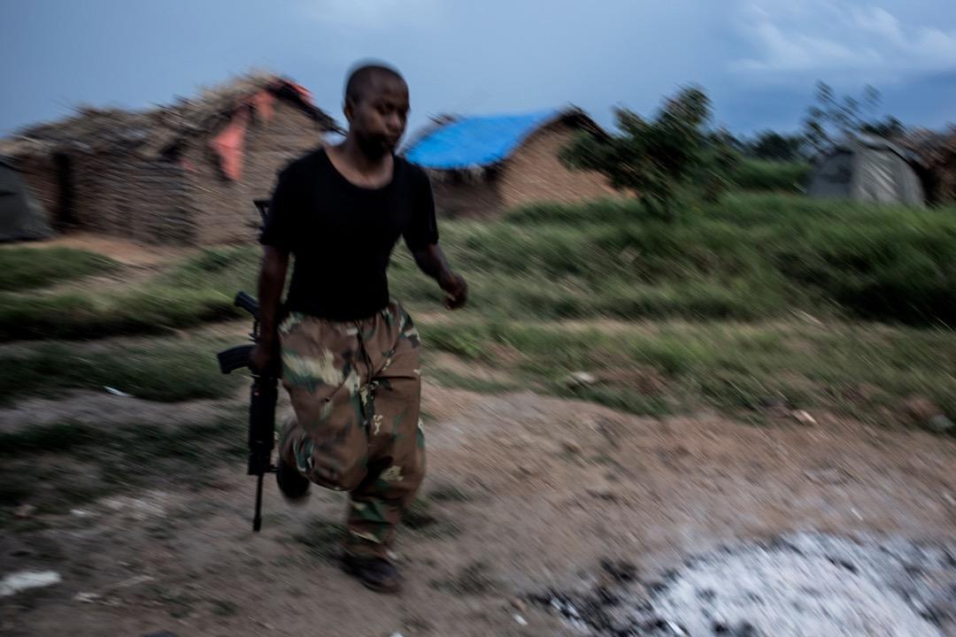 政府軍士兵在軍營外巡邏。