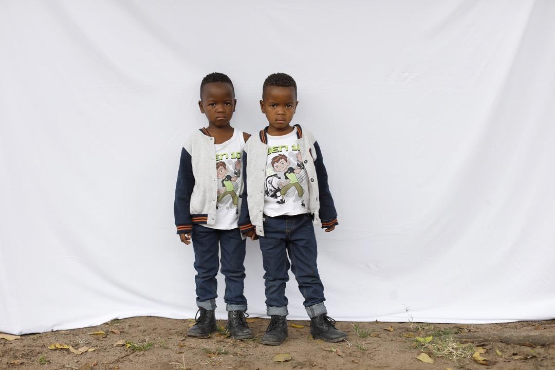 5歲雙胞胎Syanda和Andile。