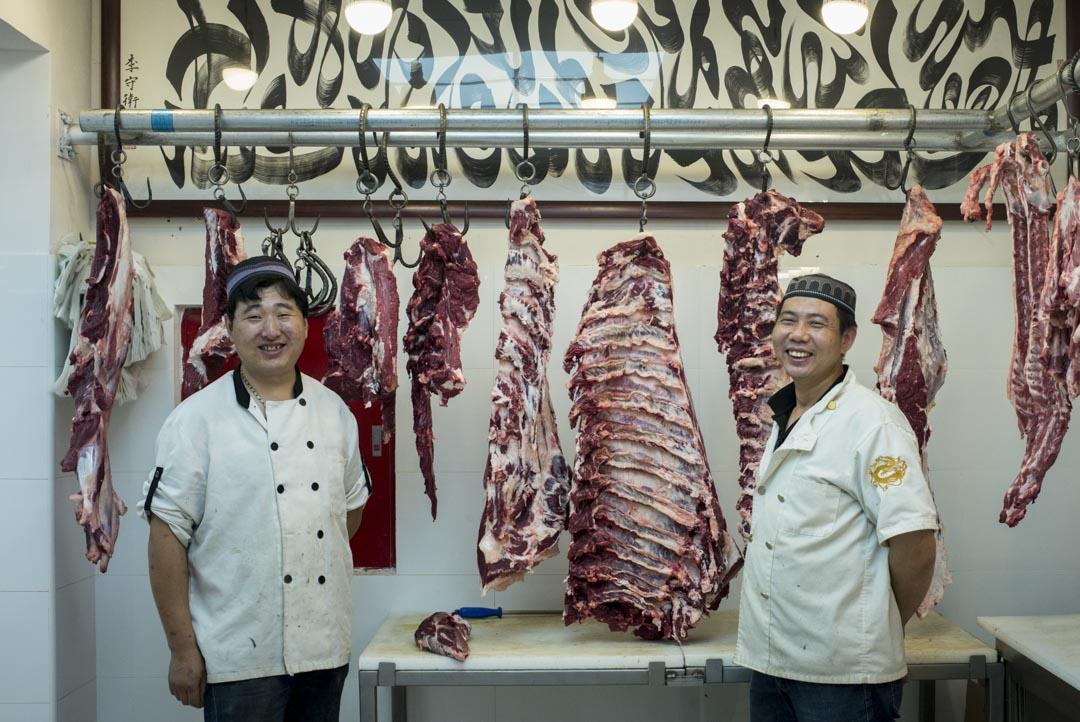 35歲的馬國輝和28歲的馬曉陽是親戚,來自河北,在牛街一間肉鋪工作。