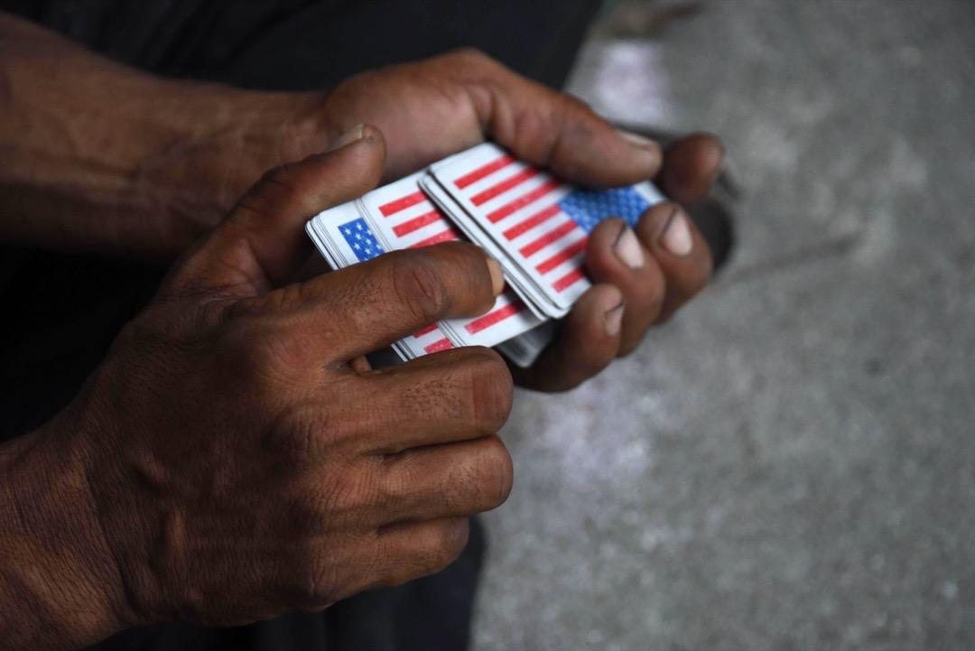 2018年10月24日,休息期間,有人拿出一副印有美國國旗的啤牌來打發時間。