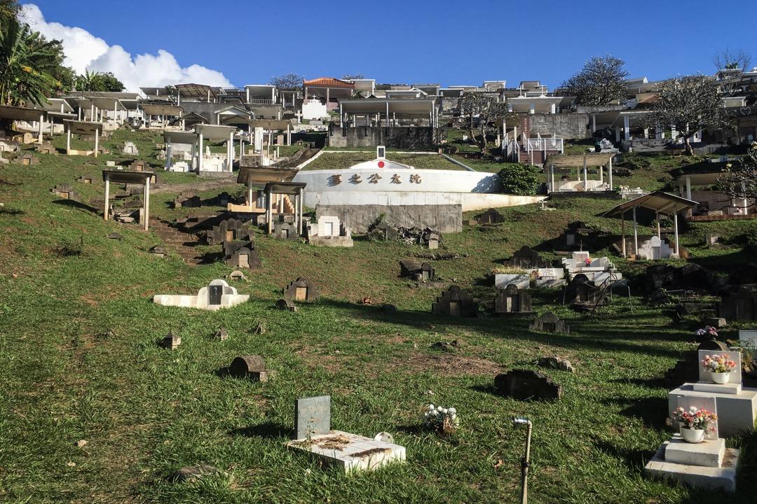大溪地華人墓園,「沈秀公」的墓塚前。