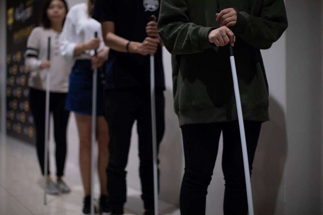 參加者在進場聽員工簡單講解館內的情況、解釋手杖如何使用。