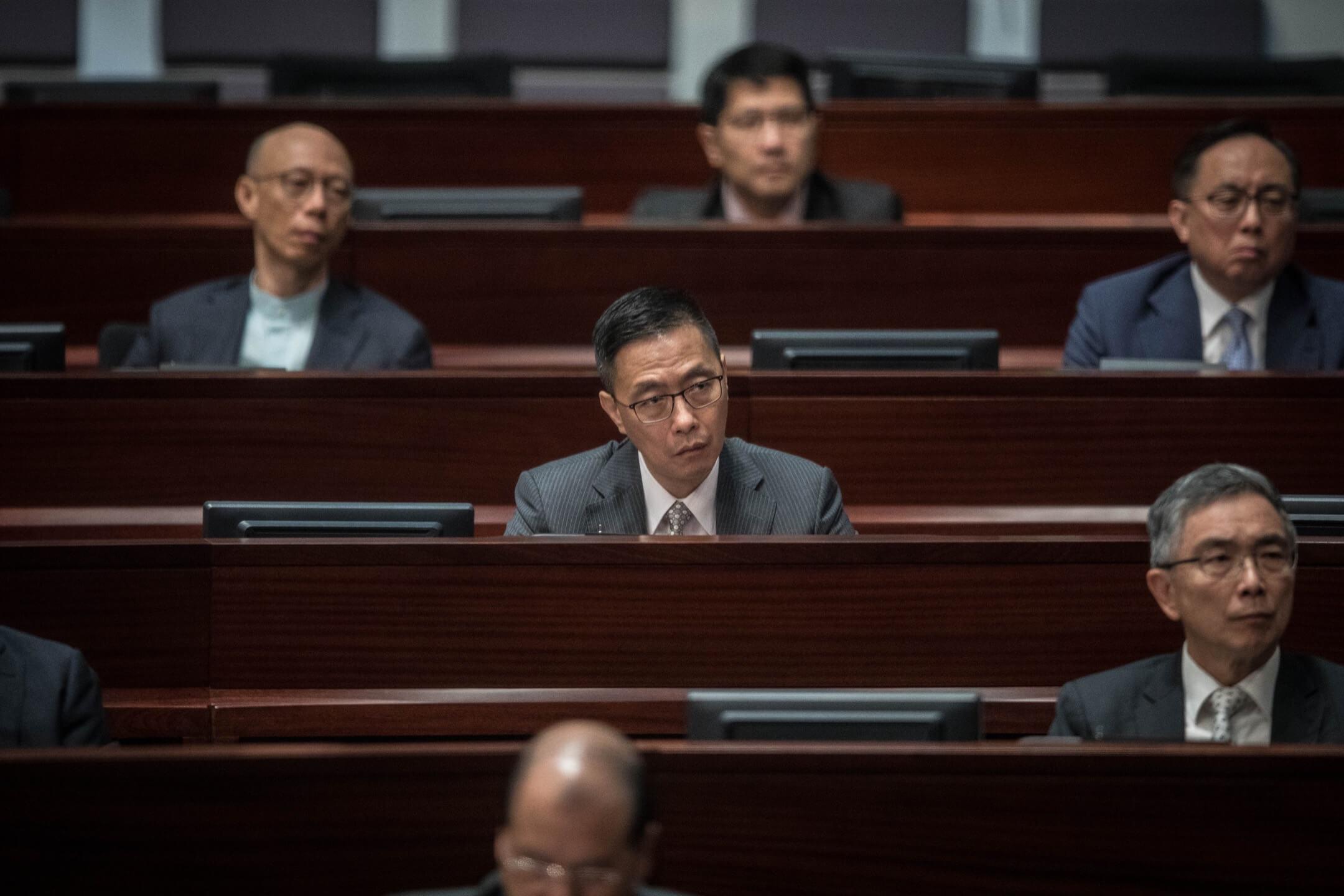 2018年10月10日,教育局局長楊潤雄出席立法會會議,聽取行政長官向立法會發表2018年度施政報告。