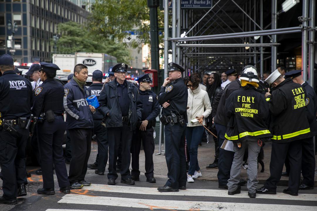 10月24日,紐約,警察及消防人員因發現可疑包裹而聚集在曼哈頓中城。 攝:Drew Angerer/Getty Images