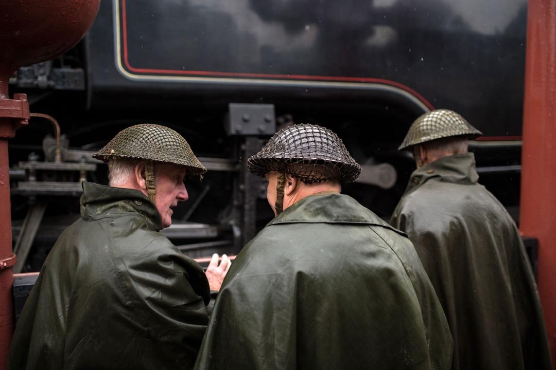 有民眾以當年英國士兵裝扮在高斯蘭車站(Goathland Station)等候列車。