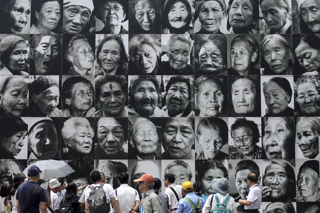 2018年8月14日,南京利濟巷慰安所舊址陳列館,人們在《祭憶》慰安婦照片牆前參觀。