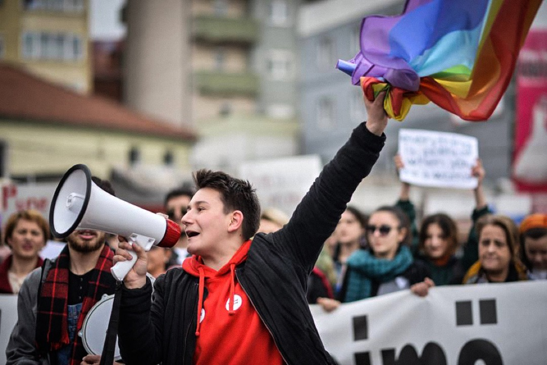 在紀錄片播出後,Lendi 正式成了科索沃第一位公開出櫃的跨性別人士,威脅訊息也因此湧進他的信箱。圖為 Lendi 在一次遊行活動中揮動彩虹旗。