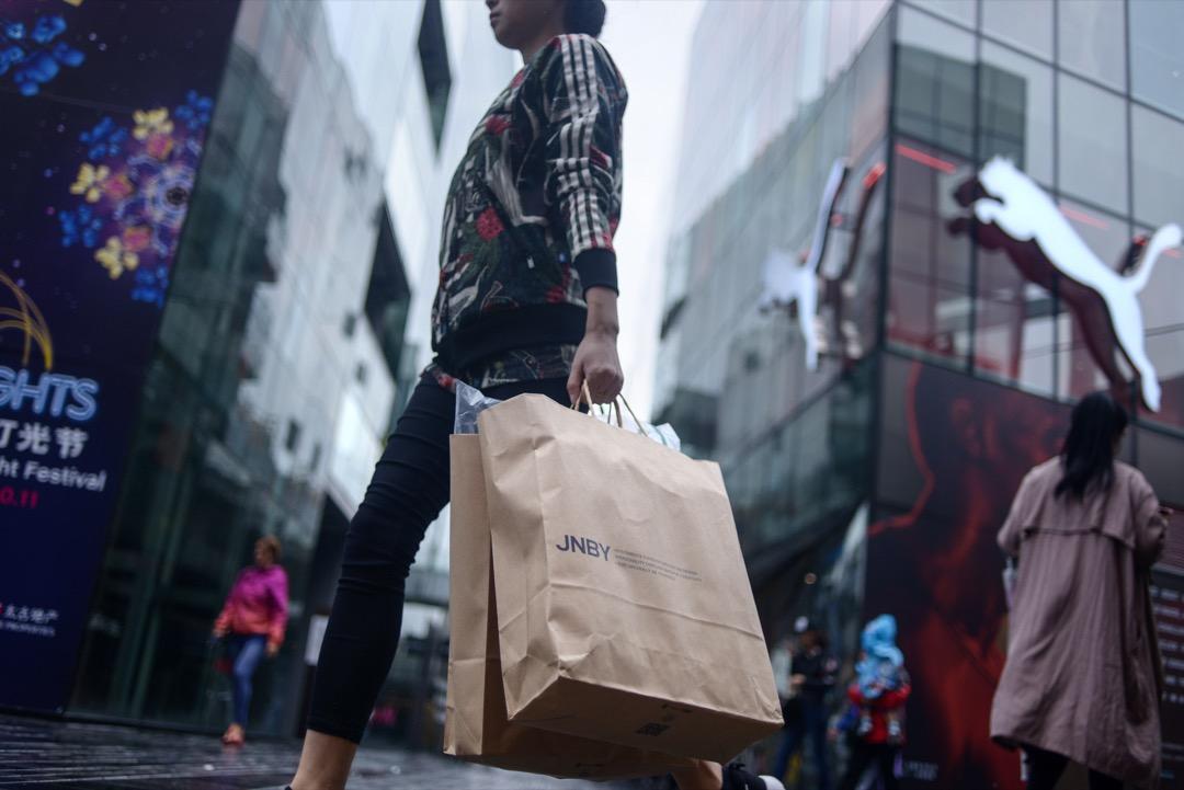 消費降級真的來了麼?是人們從之前的狂熱購物中冷靜下來,轉向理性消費;還是為了應付即將到來的失業、通脹和資產流失,決定「共克時艱」?