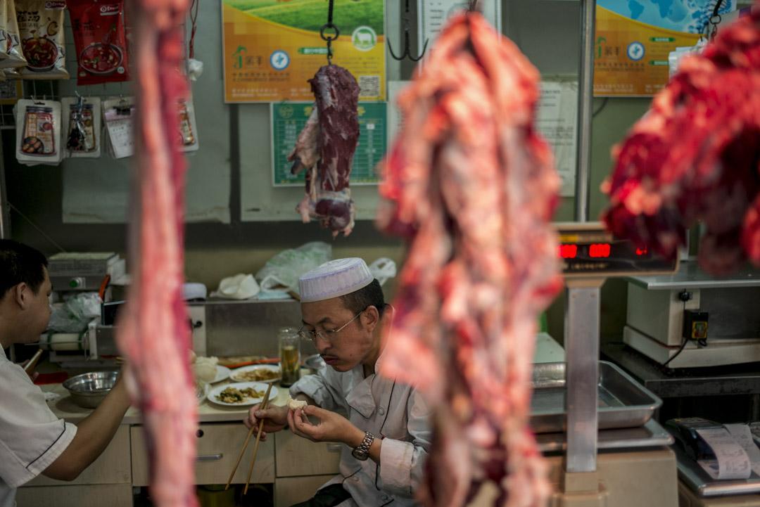 回民主要從事餐飲業,俗稱「兩把刀」——切肉的刀和切年糕的刀,又稱「紅案」、「白案」。